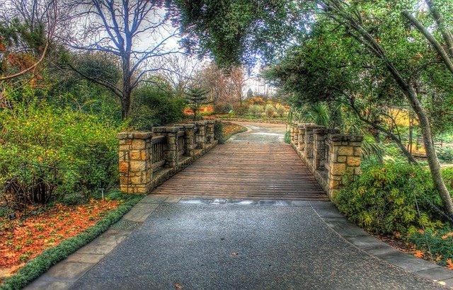https//pixabay.com/en/bridge-arboretum-footbridge-garden-656889/